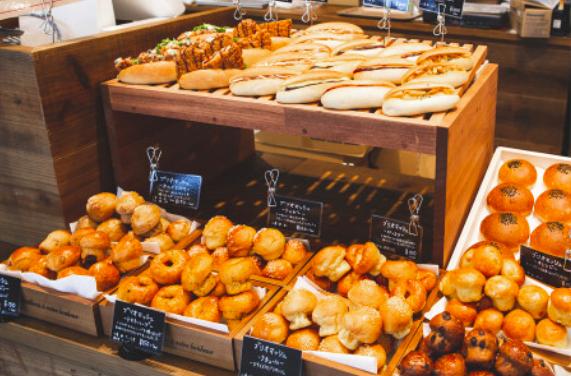 【辻堂】テラスモール湘南に「PanTra BY ERIC KAYSER」というパン屋さんができてる。ワインやビールも頂けるみたい。
